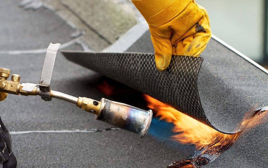 Защита и ремонт металлических кровель мастикой